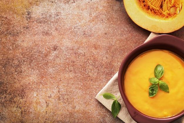 Soupe de potiron dans un bol