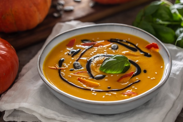 Soupe de potiron faite maison dans des bowles avec. soupe d'automne hokkaido au vinaigre balsamique.