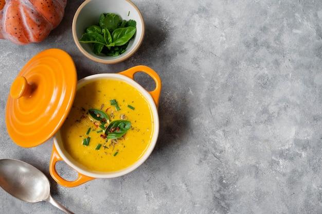 Soupe de potiron à l'orange butternut fraîche et au lait de coco. délicieuse nourriture d'automne végétalienne et de saison.