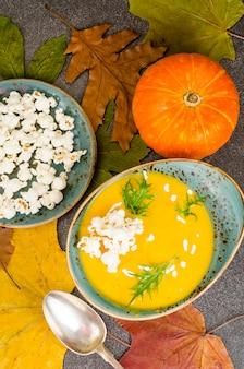 Soupe de potiron à la saison avec pop-corn.