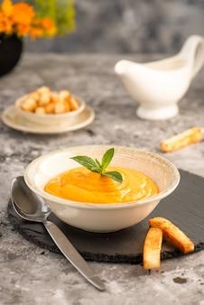 Soupe de potiron la soupe de carottes est un plat français classique peut être servie chaude ou froide mise au point sélective