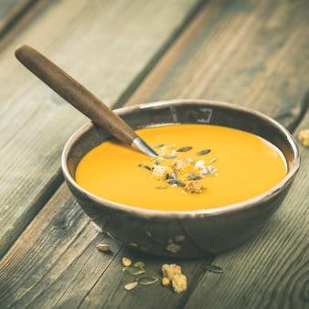 Soupe de potiron sur table en bois, concept de cuisine cosy