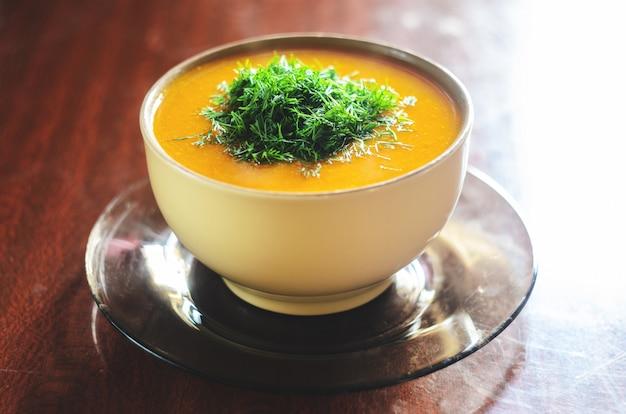 Soupe de potiron sur une table en bois