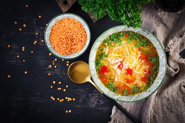 Soupe de poulet aux lentilles rouges et paprika. cuisine traditionnelle méditerranéenne. nourriture saine. vue de dessus, ci-dessus