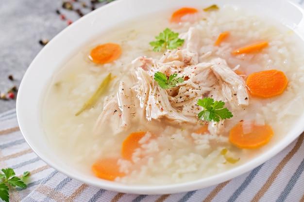 Soupe de poulet diététique avec du riz et des carottes. nourriture saine