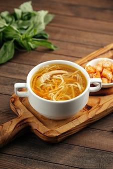 Soupe poulet et nouilles aux croûtons