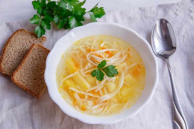 Soupe poulet et nouilles sur fond blanc
