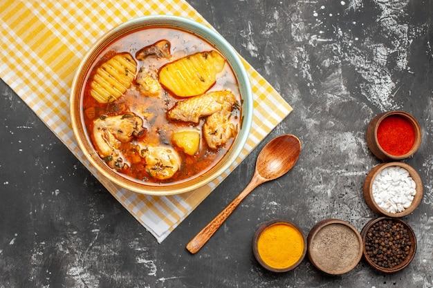 Soupe de poulet savoureuse aux pommes de terre