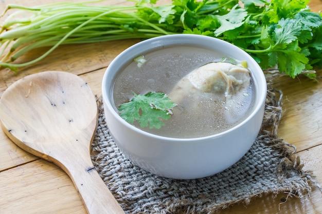 Soupe de poulet, soupe de poulet dans une tasse avec un sac sur la table.