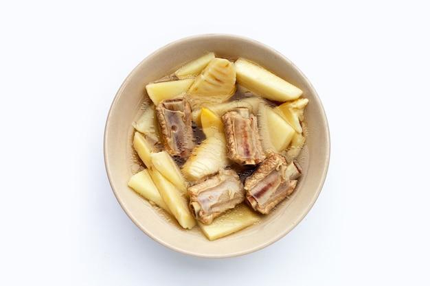 Soupe de pousses de bambou fraîches avec côtes de porc