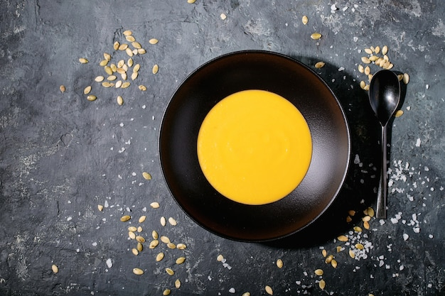 Soupe de purée de carottes dans une assiette en céramique