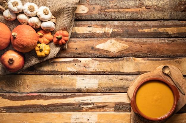 Soupe et récolte d'automne à plat