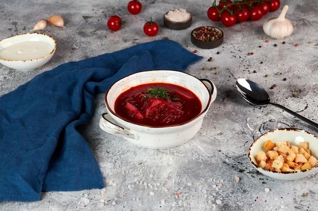 Soupe rouge ukrainienne traditionnelle dans un bol blanc