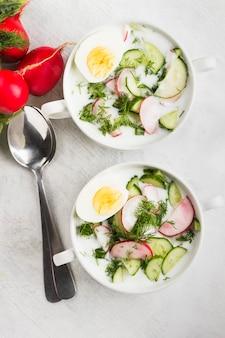Soupe russe froide à base de kéfir, concombre, radis, œuf et persil
