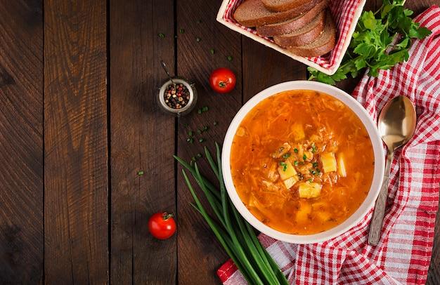 Soupe russe traditionnelle au chou