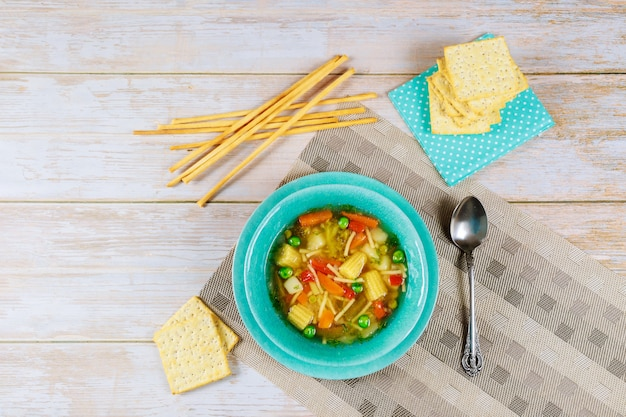 Soupe saine avec des légumes, des craquelins et des bâtonnets de pain.