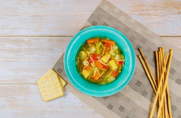 Soupe saine avec nouilles, légumes et bâtonnets de pain italiens.