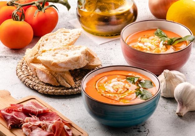 Soupe salmorejo au jambon et aux œufs dans un bol