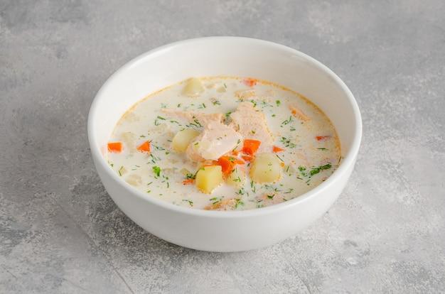 Soupe de saumon à la crème, pommes de terre, carottes, herbes et croûtons