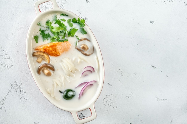 Soupe de saumon thaï à la noix de coco aux herbes et nouilles