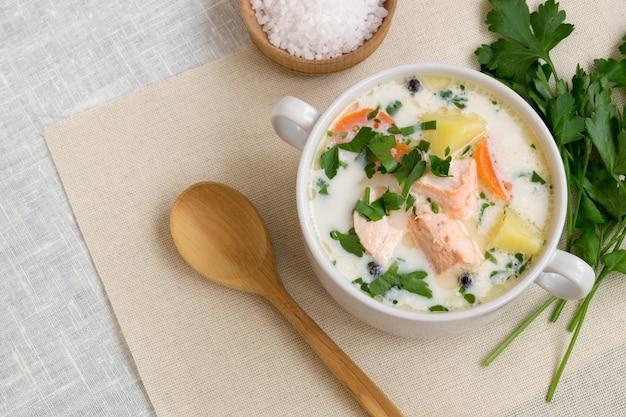 Soupe de saumon traditionnelle avec légumes et crème.