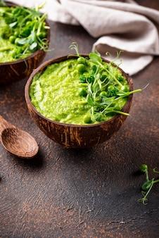Soupe ou smoothie végétalien au brocoli vert