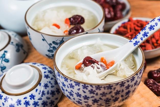 Soupe sucrée aux champignons et aux poires de neige chinoise en bonne santé