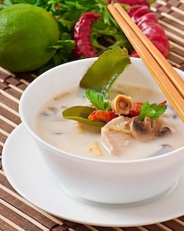Soupe thaï au poulet et champignons