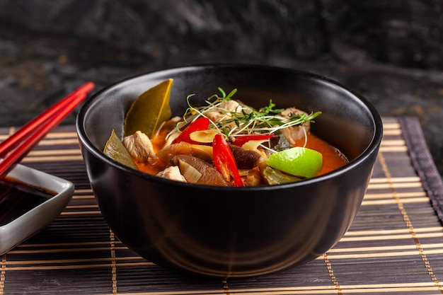 Soupe thaïlandaise asiatique tom yam de bouillon de poulet.
