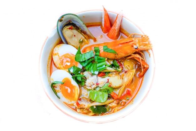 Soupe thaïlandaise aux nouilles (recette de soupe tom yum) avec crevettes, poisson raviolis, moules de nouvelle-zélande, cr