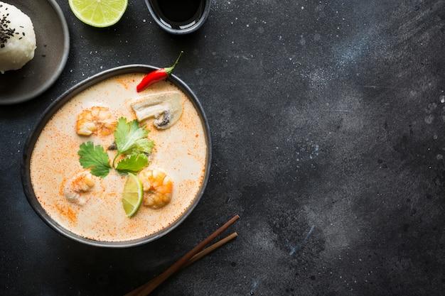 Soupe thaïlandaise épicée tom yam kung avec crevettes, fruits de mer, lait de coco, piment et riz.