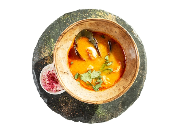 Soupe tom yam appétissante aux fruits de mer dans une assiette