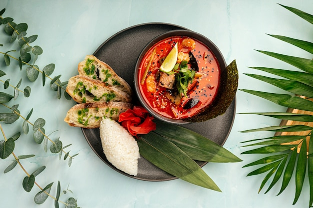 Soupe tom yam aux fruits de mer, poisson rouge et nori