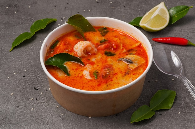 Soupe tom yam dans des plats artisanaux. concept: livraison de nourriture