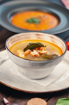 Soupe tom yam avec vue de dessus de fruits de mer