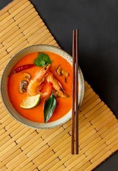 Soupe de tom yum. la cuisine thai. alimentation équilibrée. recettes.