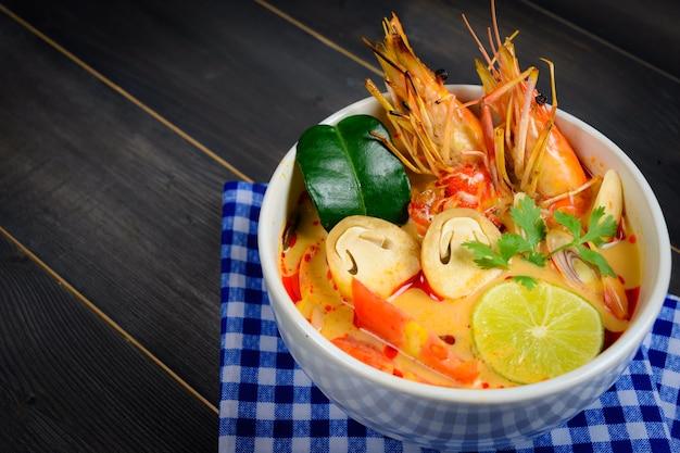 Soupe tom yum gros plan ou soupe aigre épicée aux crevettes de rivière