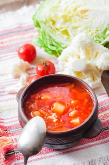 Soupe de tomate au chou et au chou-fleur