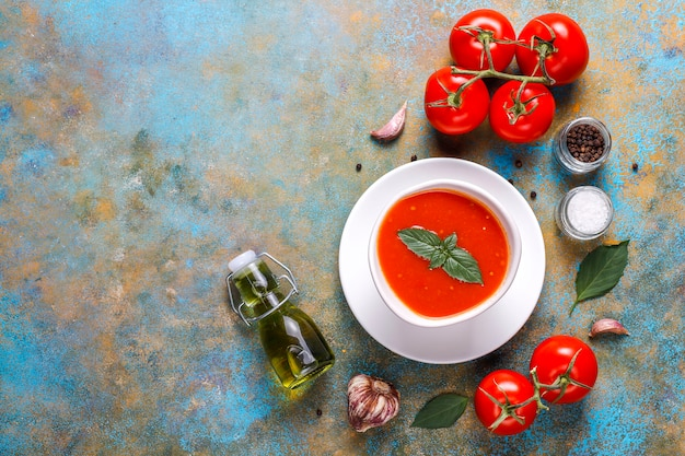 Soupe de tomates au basilic dans un bol.
