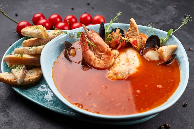 Soupe de tomates aux fruits de mer, bouillabaisse