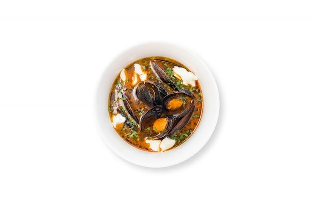 Soupe de tomates aux moules, persil, basilic, philadelphie isolé sur fond blanc.