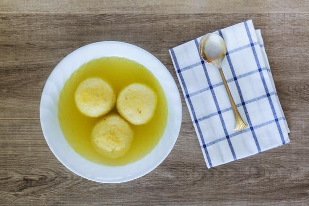 Soupe traditionnelle au bal de la matsa pour la pâque juive