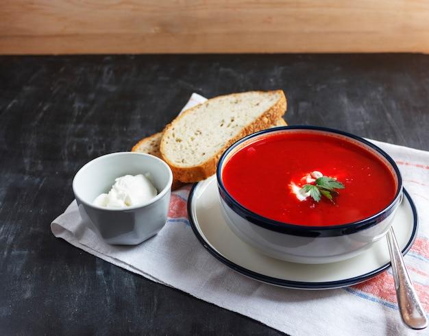 Soupe traditionnelle à la betterave rouge - bortsch. régime végétarien