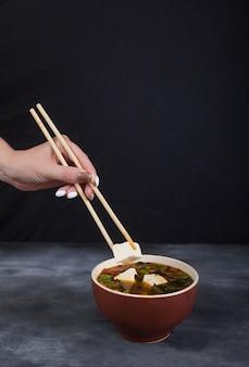 Soupe traditionnelle japonaise au tofu.