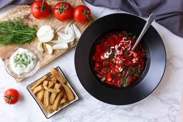 Soupe traditionnelle russe bortsch et oignon avec du pain