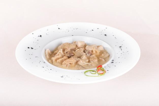 Soupe de tripes, servie avec sauce à l'ail - mujdei - et sauce au raifort