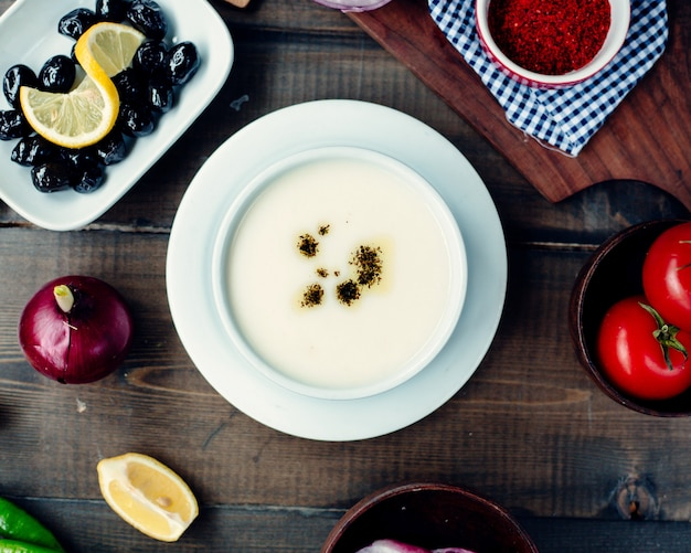 Soupe turque avec des ingrédients sur la table