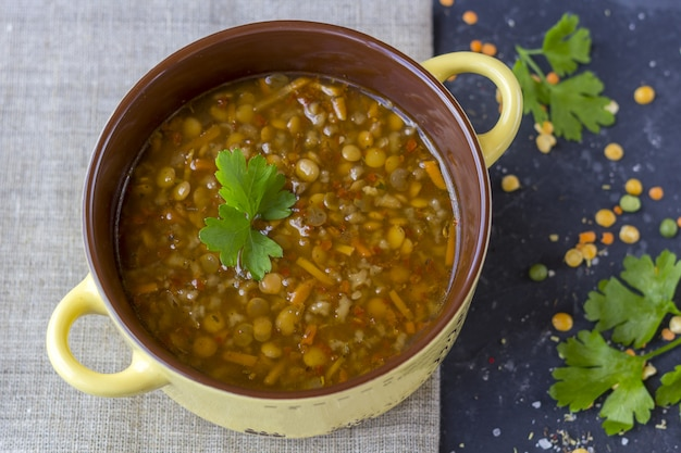 Soupe turque traditionnelle aux lentilles. soupe végétarienne faite maison avec lentilles, herbes et épices. nourriture de confort.
