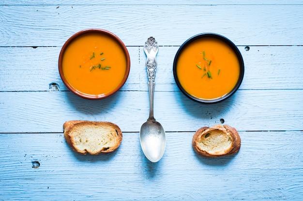 Soupe végétalienne délicieuse à la citrouille