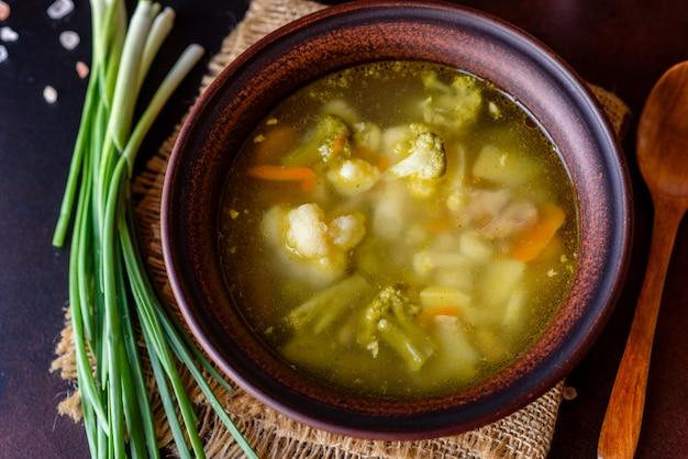 Soupe végétalienne fraîche au brocoli, chou-fleur, asperges et carottes. nourriture végétalienne saine et utile